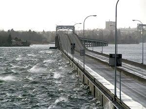 تأثير الرياح على الجسور العائمة