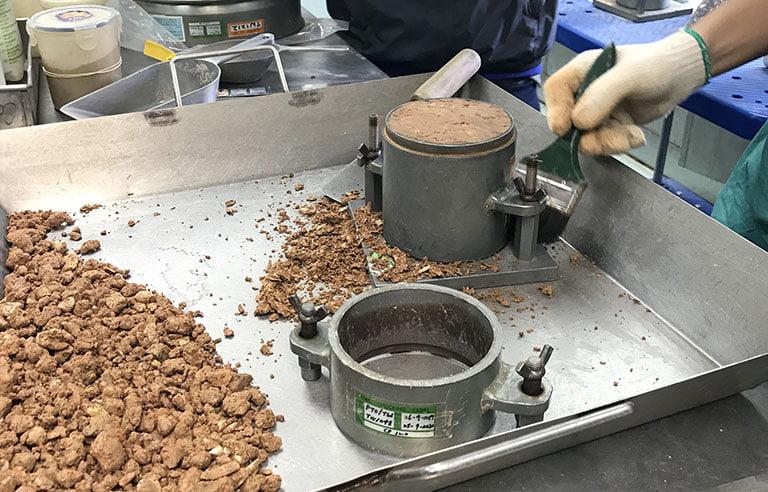 تجربة رص التربة بطريقة بروكتور المعدل مع المناقشة (Compaction Test)