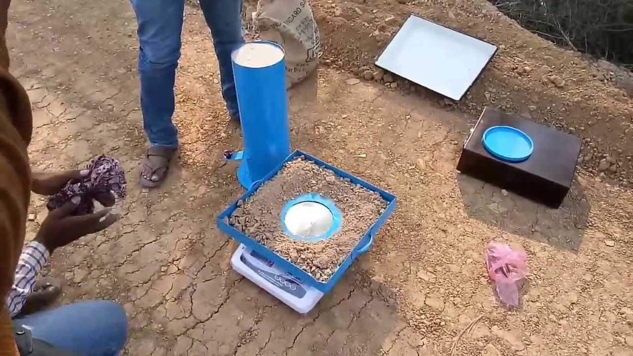 اختبار الكثافة الحقلية للتربة بطريقة المخروط الرملي مع المناقشة (Field Density Test)